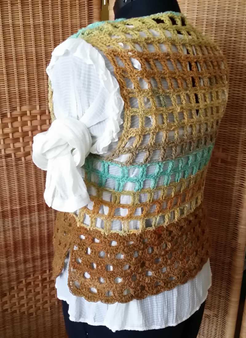 Das Shaping des Catch me Häkeltops aus Noro Geshi #5 mit Noro Sonata #8 kann man gut hier auf der Schneiderpuppe auf weißer Bluse sehen. Design und Foto: Katrin Walter aka Noromaniac