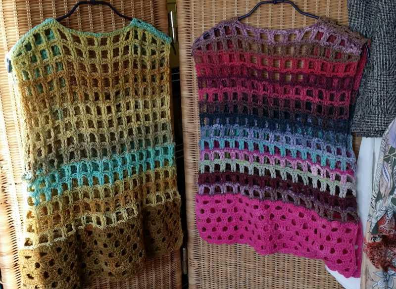 Die Crochet Tops aus Noro Geshi #5 mit Noro Sonata #8 sowie Noro Tsubame #10 mit Noro Sonata #23 von hinten. Design und Foto: Katrin Walter aka Noromaniac