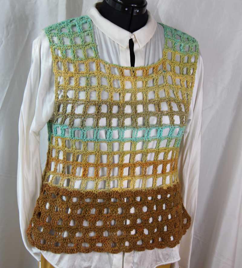 Catch me Häkeltop in der von Knittingfever ausgewählten Version für das Crochet-Kit aus Noro Geshi #5 und Noro Sonata #8. Design und Foto: Katrin Walter aka Noromaniac