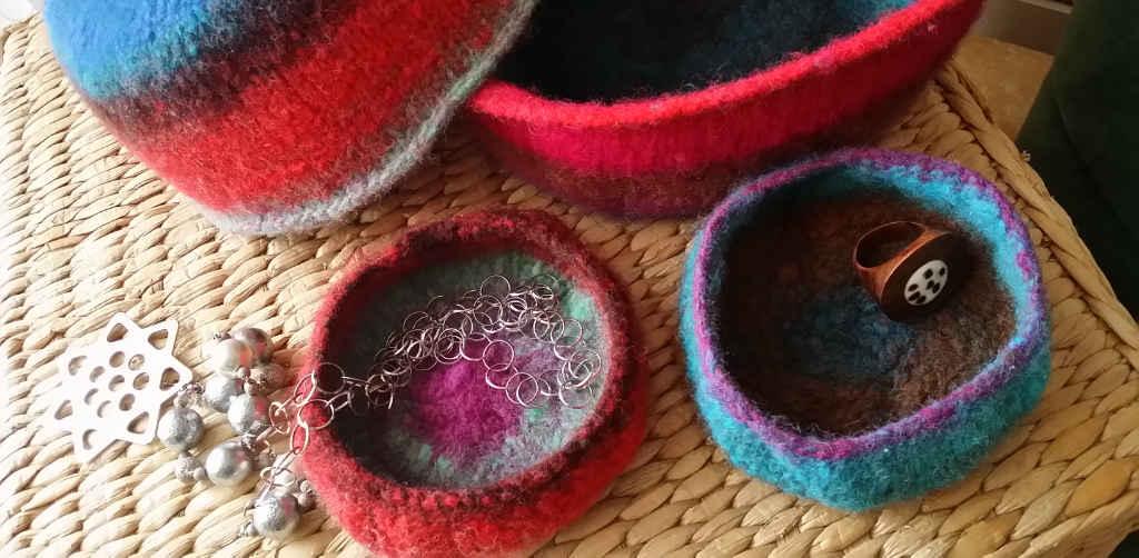 Gioiellina Schälchen für Schmuck gefilzt aus der Wolle Noro Kureyon #326 und #349. Foto&Design: Katrin Walter - Noromaniac