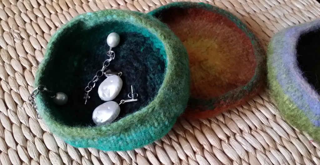 Gioiellina Gefilzte Schmuckschalen aus der Wolle Noro Kureyon #332, #352 und #221. Foto&Design: Katrin Walter - Noromaniac