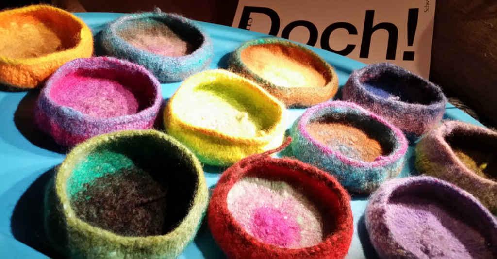 Gefilzte Schälchen direkt nach dem Filzen in der Waschmaschine. Wolle: Noro Kureyon diverse leuchtende Farben. Foto&Design: Katrin Walter - Noromaniac