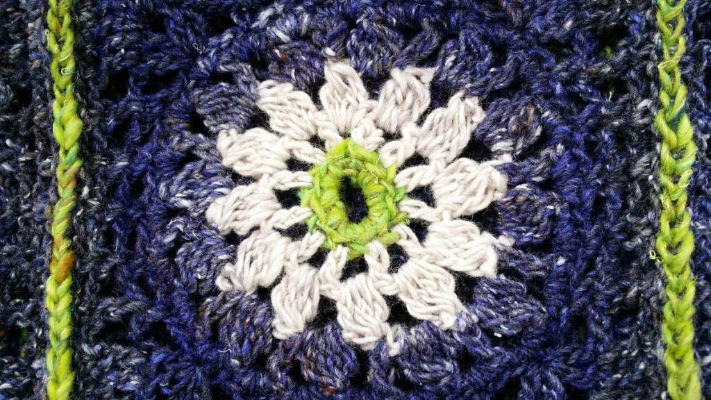 Granny Square Pulli aus Noro Kiri #07, Noro Kumo #20 und Noro Silk Garden Sock Solo #33 Detailansicht. Foto: Katrin Walter – Noromaniac