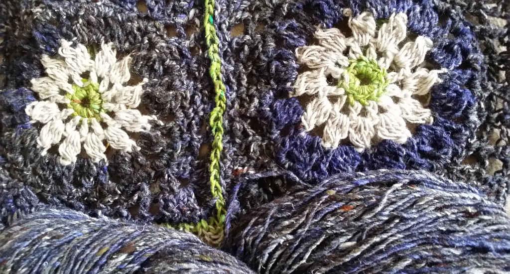 Zwei Granny Squares mit Noro Kumo 20 und Silk Garden Sock Solo #33 auf Noro Kiri 07-Blau für den Häkelpulli von Noromaniac. Foto: Katrin Walter