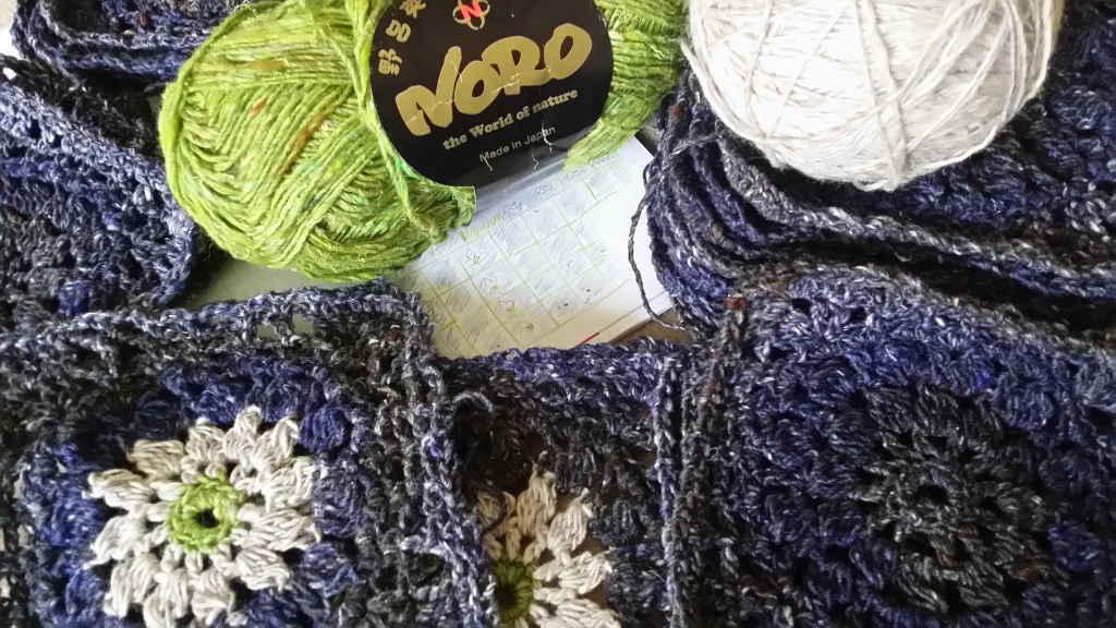 Design des Granny Square Pullis von Noromaniac mit den ersten Häkelquadraten aus Noro Kiri 07 pur und mit Noro Kumo 20 und Noro Silk Garden Sock Solo #33. Foto: Katrin Walter
