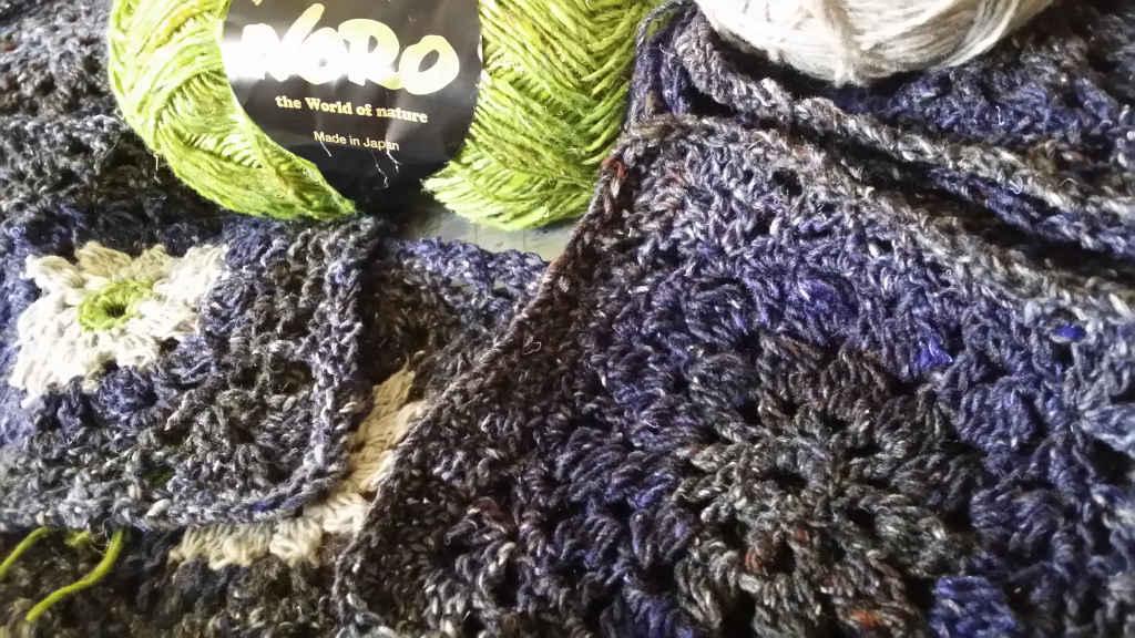 Die Granny Squares einmal aus reiner Noro Kiri 07 und einmal mit Noro Kumo 20 undNoro Silk Garden Sock Solo #33 im Vergleich. Foto: Katrin Walter – Noromaniac