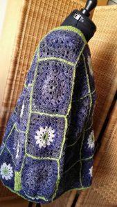 Seitenansicht vom Granny Square Pulli aus Noro Kiri #07, Noro Kumo #20 und Noro Silk Garden Sock Solo #33. Foto: Katrin Walter – Noromaniac