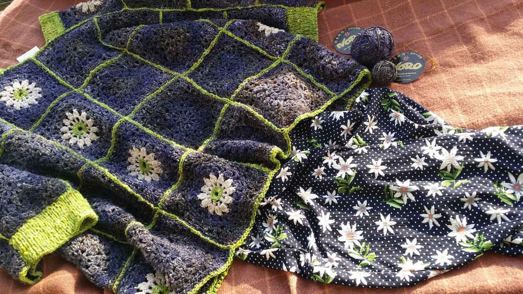 Granny Square Pulli von Noromaniac aus Noro Kiri 07, Noro Kumo 20 und Silk Garden Sock Solo #33 mit passender Hose im Margeriten-Design. Foto: Katrin Walter