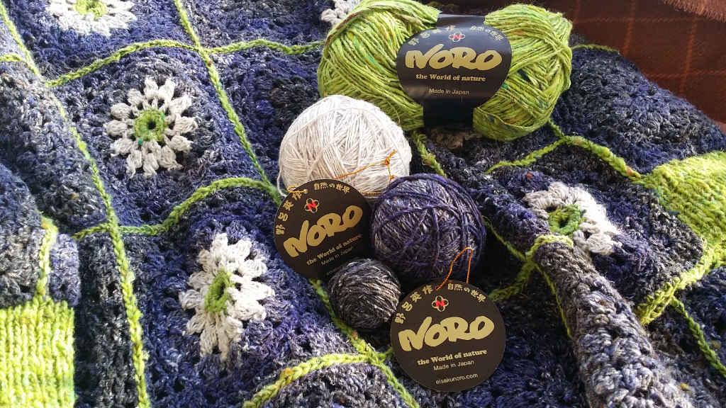 Die Noro-Garne Kiri 07, Silk Garden Sock Solo 33 und Kumo 20 für den Häkelpullover von Noromaniac . Foto: Katrin Walter