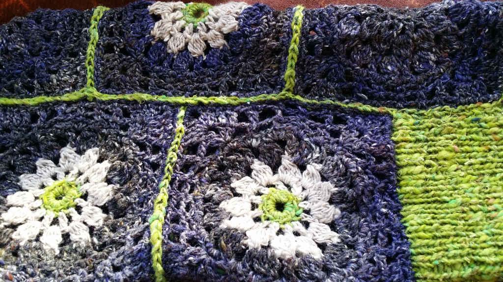 Detail der gehäkelten Quadrate wie Margeriten im Pullover von Noromaniac aus Noro Kiri, Silk Garden Sock Solo und Kumo. Foto: Katrin Walter