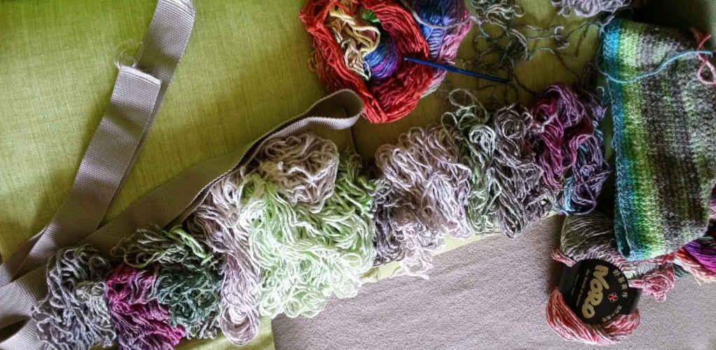 Das Farnschema des Häkelprojekts mit passendem Ripsband für die Henkel der Tasche. Foto: Katrin Walter – Noromaniac