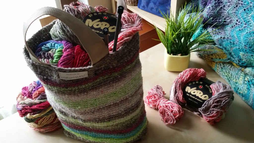 Tasche aus Norogarn mit Norogarn gefüllt. Hier Noro Kagayaki und Noro Taiyo. Handmade + Foto by Katrin Walter – Noromaniac