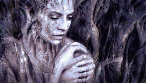 Frau zwischen den Wurzeln eines Baumes. So könnte Holla die Waldfee aussehen. Illustration für Tuch aus Noro Silk Garden Sock #370. Foto: Pixabay für Noromaniac