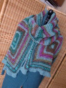 Breiter Schal Holla die Waldfee Tuch aus Noro Silk Garden Sock #370. Foto: Katrin Walter, Noromaniac