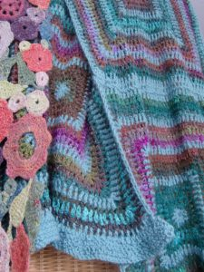 Nahaufnahme Holla die Waldfee Tuch aus Silk Garden Sock #370 mit Alpaka und Blumenschal. Foto: Katrin Walter, Noromaniac