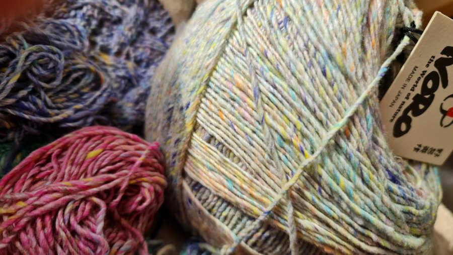 Drei Farben des Noro Kakigorigarns: #01 Farbe Naha in Pastellfarben, #06 Akashi in Flieder und #08 Iwaki. Foto: Katrin Walter – Noromaniac