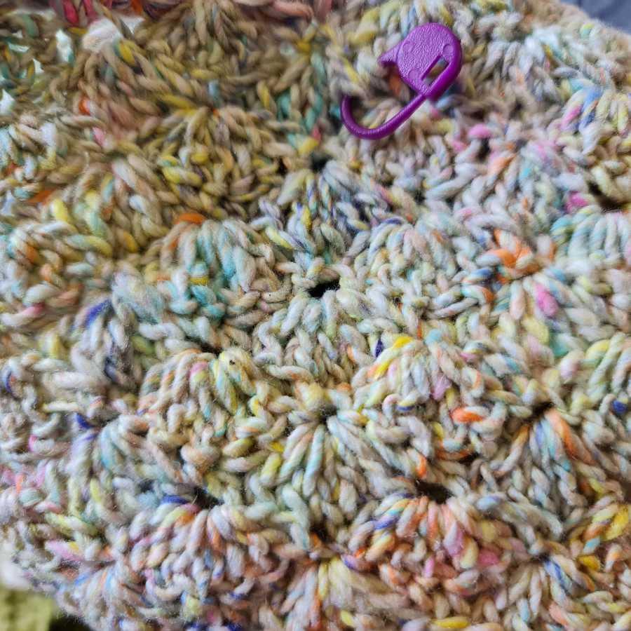 Das Muschelmuster des Häkeltops aus Noroyarn – Frühjahr/Sommer 2021 in Pastelltönen. Foto und Design: Katrin Walter – Noromaniac