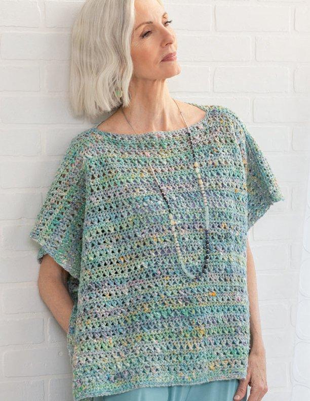 Weit geschnittenes, gehäkeltes Top von Rosemary Drysale in hellem Aquaton. Foto: Knitting Magazine