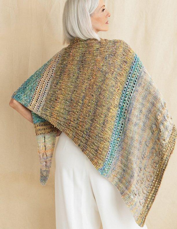 Shifting Sands Wrap, eine Stola von Iori Steinberg aus den Farben Naha, Himeji und Fukuyama. Foto: Knitting Magazine