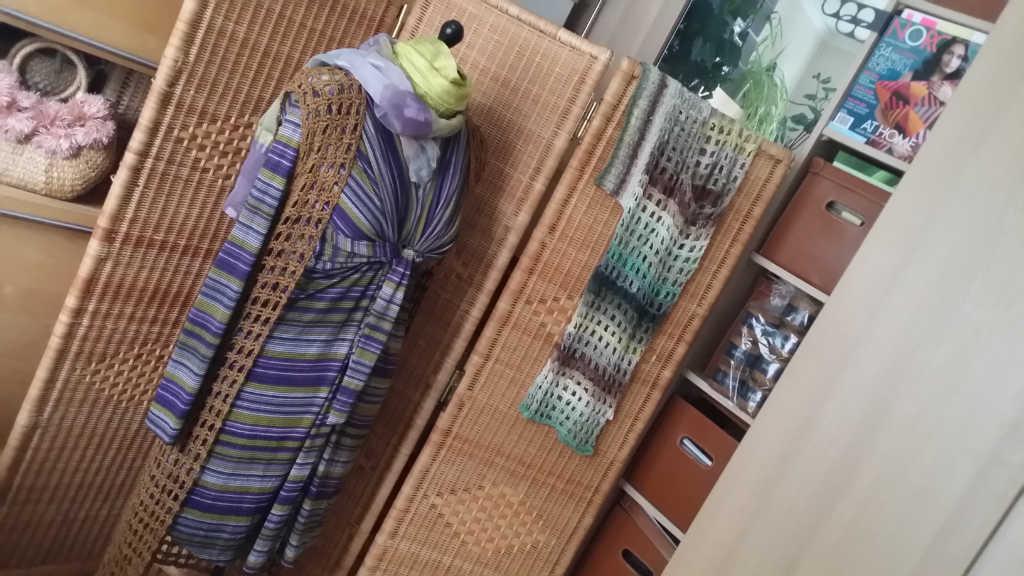 Netzweste gehäkelt über gestreiftem Kleid, im Hintergrund Shrug aus Noro Taiyo 39. Foto: Katrin Walter - Noromaniac