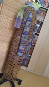 Goldfarben gehäkelte Netzweste aus Ombra 2 auf gestreiftem Kleid. Foto: Katrin Walter - Noromaniac