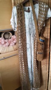 Netzweste und Täschchen aus dem Garn Lana Grossa Ombra 2, gehäkelt. Foto: Katrin Walter - Noromaniac