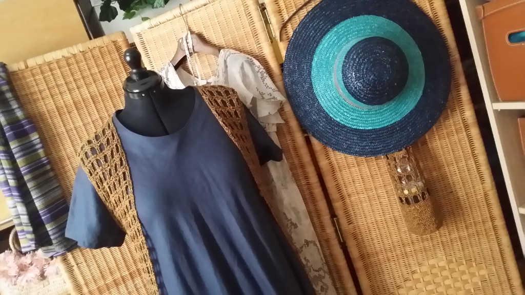 Häkel-Netz-Weste mit 3 passenden Kleidern und Hut. Foto: Katrin Walter - Noromaniac