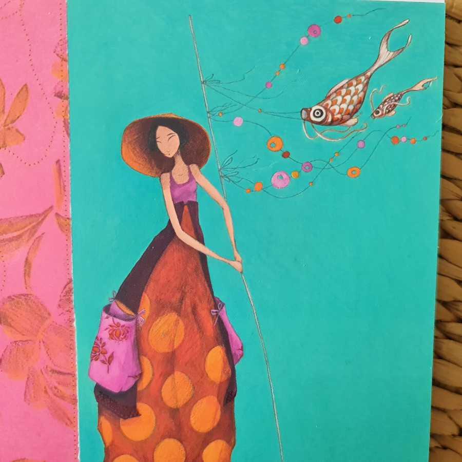 """Foto der Karte """"Asiatische Frau mit Fischen"""" von Gaëlle Boissonnard als Illustration für Noromaniacs Beschreibung ihres Strickprojekts Ms Koi, denn die Frau im Bild hält Koi-Nobori Fahnen"""