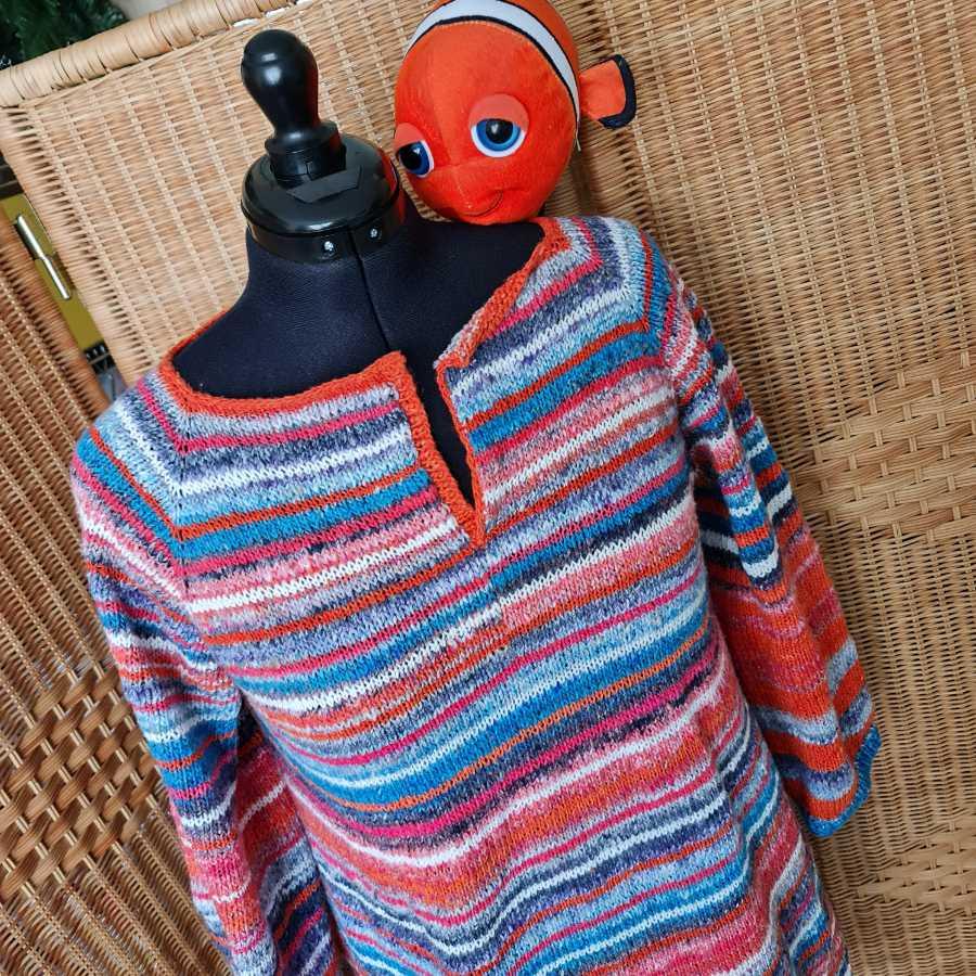 RVO Ms Koi Pullover aus Noro Enka und Streifen in 3 Farben der Noro Sonata mit Nemo-Stofftier auf der Schulter. Foto: Katrin Walter - Noromaniac