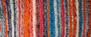 Die Streifen in Blau, Orange, Erdbeerfarben und Weiß des Ms Koi Strickkleids. Foto: Katrin Walter - Noromaniac