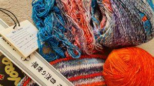 Die Noro Enka #5 im Knäuel und etwas abgewickelt, um den Farbrapport dazu die Noro Sonata in de rFarbe #27 Koi, ein herrlich knalliges Orange. . Foto: Katrin Walter – Noromaniac