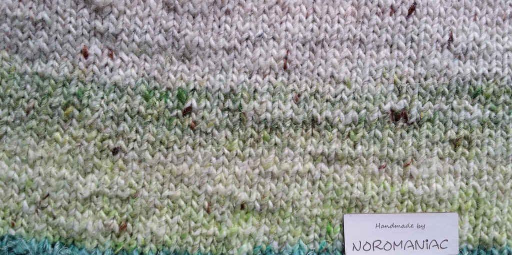 Das Akari-Garn angestrickt von Noromaniac. Man sieht die feinen Farbübergänge und Sprenkel.