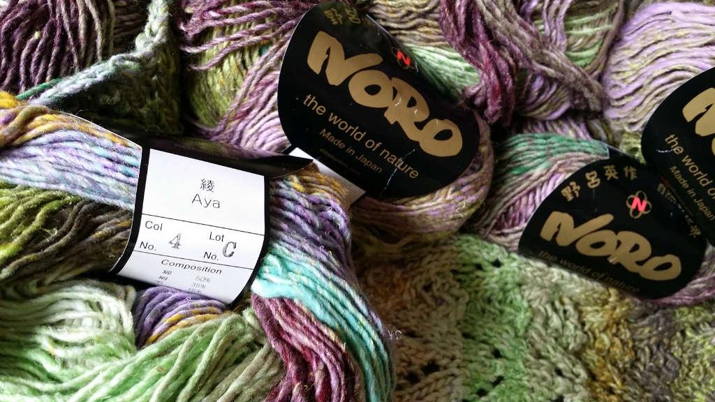 Noro Aya 4 Knäuel und das Garn angestrickt von Noromaniac. Foto: Katrin Walter – simply walter