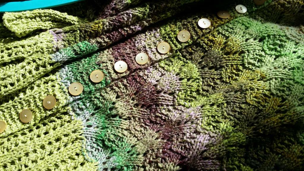Man sieht gut das Muster der Noro Aya 4 Jacke Daydream von Noromaniac, das etwas an die Blütenkörbchen im Zentrum jeder Kosmeen-Blüte erinnert. Foto: Katrin Walter – simply walter