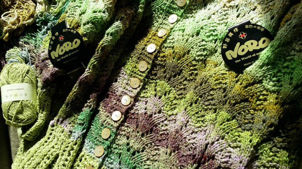 Noro Aya 4 verstrickt, vorn mit Knopfleiste, sowie das Rowan Garn Summer Tweed, das für die Bündchn verwandt wurde. Foto: Katrin Walter – simply walter, alias Noromaniac