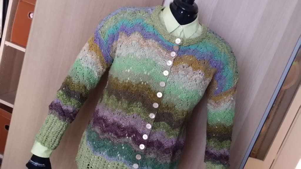 Die Jacke aus dem Garn Noro Aya #4 von Noromaniac auf der Puppe mit passender Bluse in lindgrün. Foto: Katrin Walter – simply walter