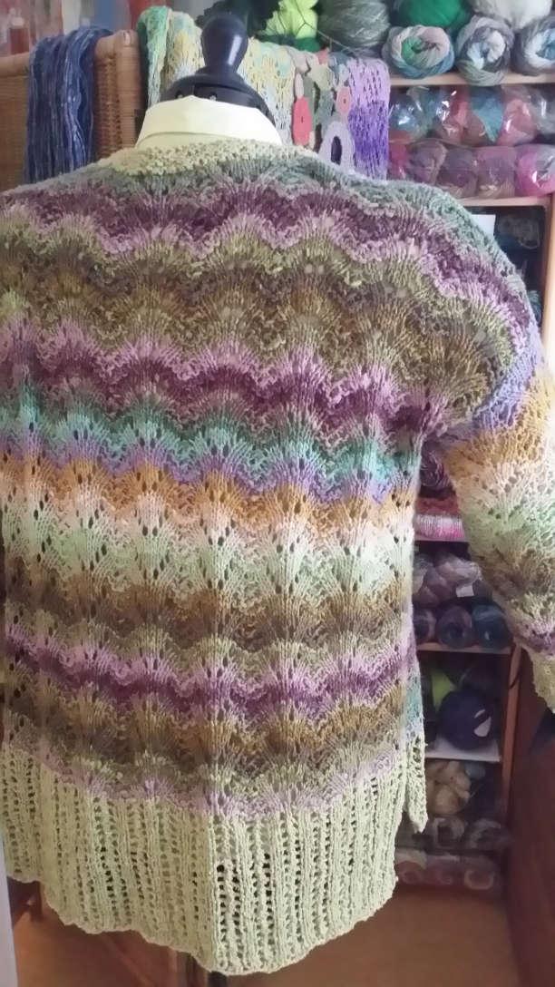 Rückansicht der Jacke aus dem Garn Noro Aya 4 von Noromaniac in wunderschönen dezenten Farbtönen mit viel Grün und Bündchen aus Rowan-Garn. Foto: Katrin Walter – simply walter