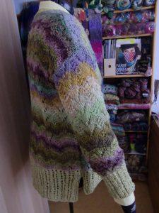 Noch einmal die Jacke aus den Garnen Noro Aya 4 und Rowan Summer Tweed Bamboo von Noromaniac von der anderen Seite mit ein paar Schals aus anderen Norogarnen im Hintergrund. Foto: Katrin Walter – simply walter