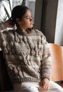 Pullover mit Blattmuster aus der Farbe 01 vom Noro Design Team. Foto: Eisaku Noro