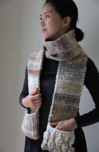 Schal mit Taschen aus der Noro Bachi Farbe 01 vom Noro Design Team. Foto: Eisaku Noro