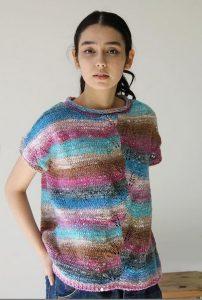 Pulli Becalm vom Noro Design Team aus Noro Enka #02 mit Blau, Pink, Goldbraun, Weiß - Garnrezension Noromaniac Foto: Noro Magazine