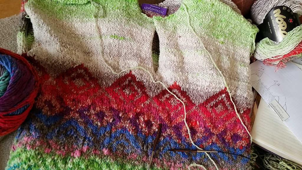 Vorderteil des Magnolia-Pullovers aus dem Garn Noro Kagayaki 17 und Noro Taiyo 31. Foto: Katrin Walter – Noromaniac
