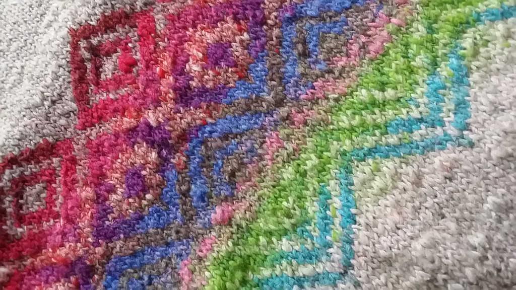 Detail des Jacquardmusters aus dem Magnolia-Pullover aus Noro Kagayaki 17 und Noro Taiyo 31. Foto: Katrin Walter – Noromaniac