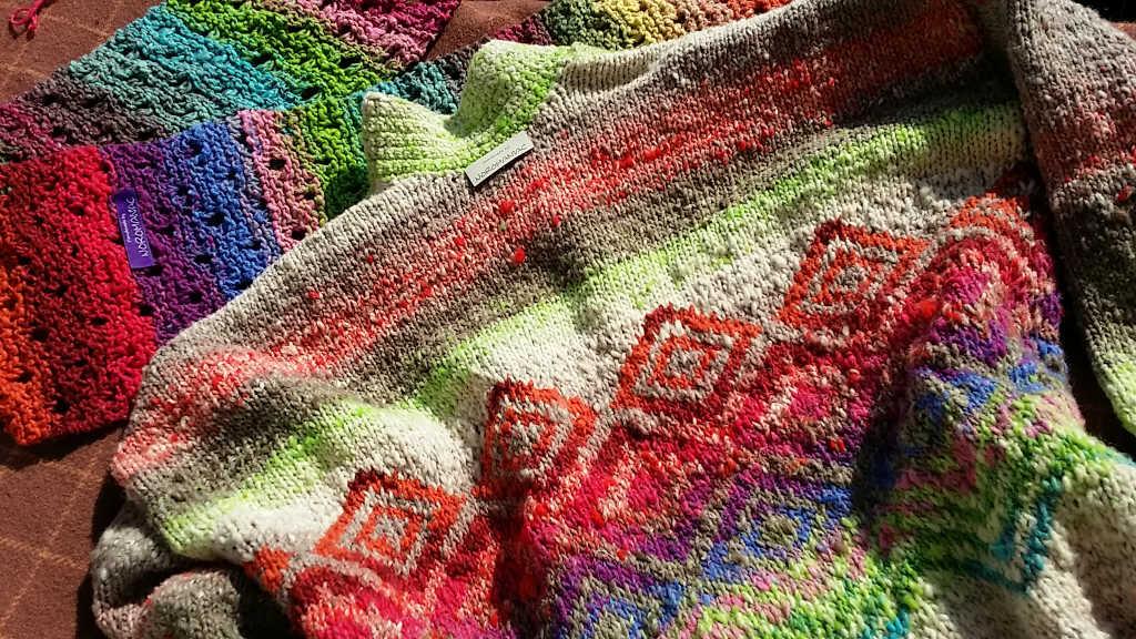 Handmade-Etikett am Rückenteil des Magnolia-Pullovers aus dem Garn Noro Kagayaki 17 und Noro Taiyo 31. Foto: Katrin Walter – Noromaniac