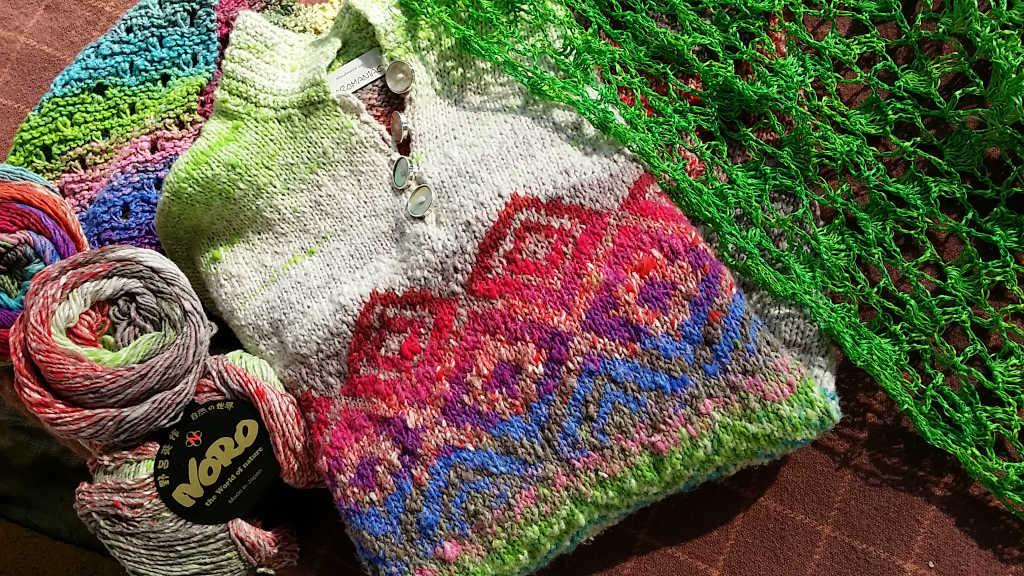 Gehäkeltes grünes Seidentuch aus Dibadue-Funnies mit dem Pullovers aus Noro Kagayaki 17 und Noro Taiyo 31. Foto: Katrin Walter – Noromaniac