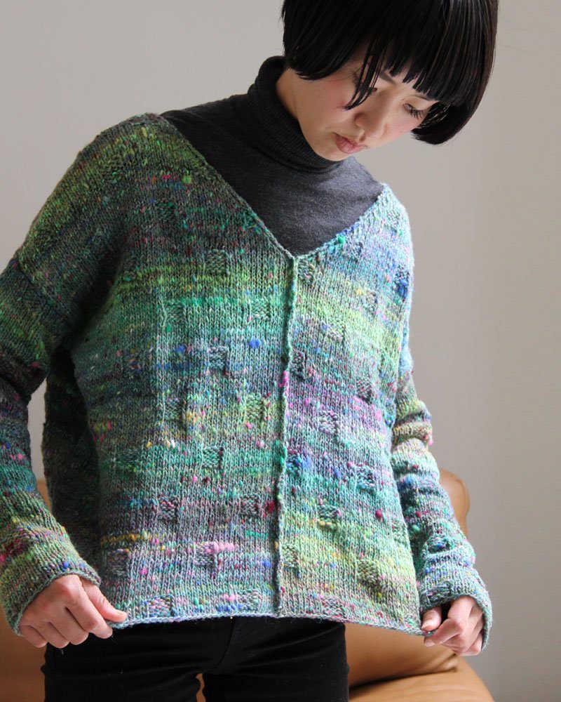 Leichter Pullover mit V-ausschnitt in Grüntönen vom Noro-Designteam
