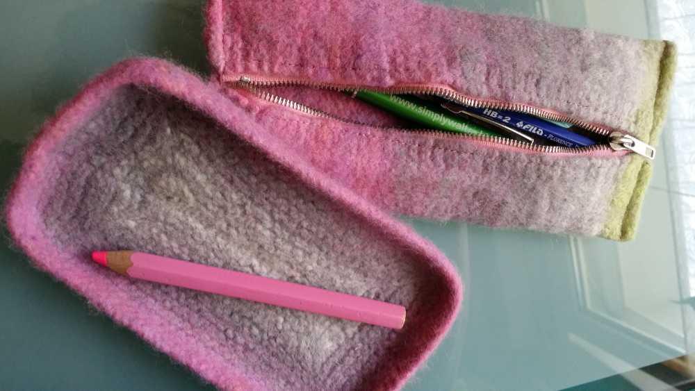 Etui und Schale gefilzt aus Norowolle im Farbverlauf von Rosa über Flieder bis Hellgelb bzw. Weiß. Foto: Katrin Walter – Noromaniac