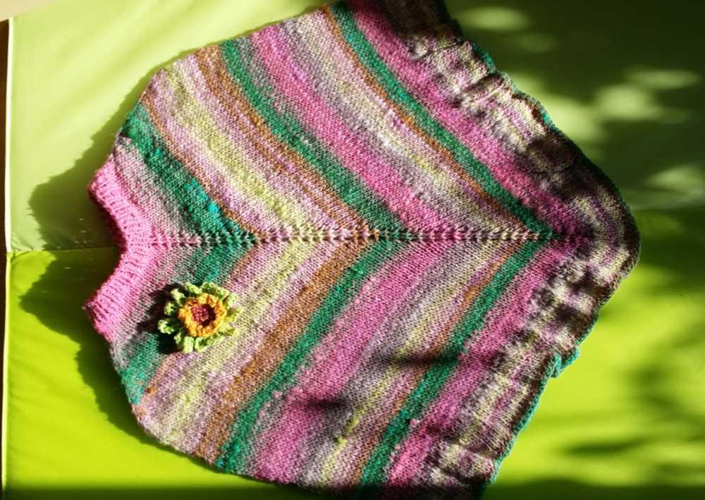 Poncho aus der Wolle Noro Kureopatora 1030 beim Spannen. Foto: Katrin Walter – Noromaniac
