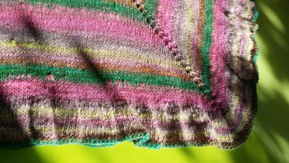 Die Rüsche am unteren Rand des des Hortensien-Ponchos aus dem Farbverlaufsgarn Noro Kureopatora 1030 mit Rosa. Foto: Katrin Walter – Noromaniac