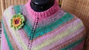 Der gerippte Halsausschnitt in Rosa des Ponchos aus der Wolle Noro Kureopatora 1030 - Foto: Katrin Walter – Noromaniac